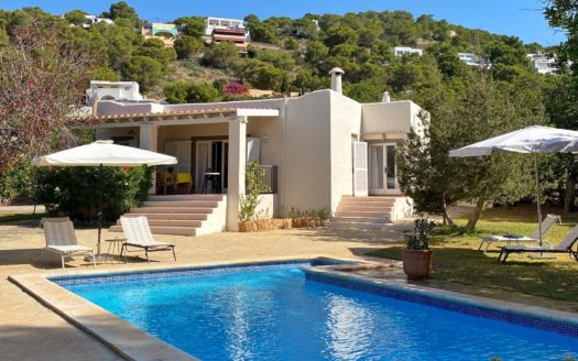 Lovely Mediterranean style house, ideal for the lovers of this area. The building is from the 80's, and is in perfect condition.